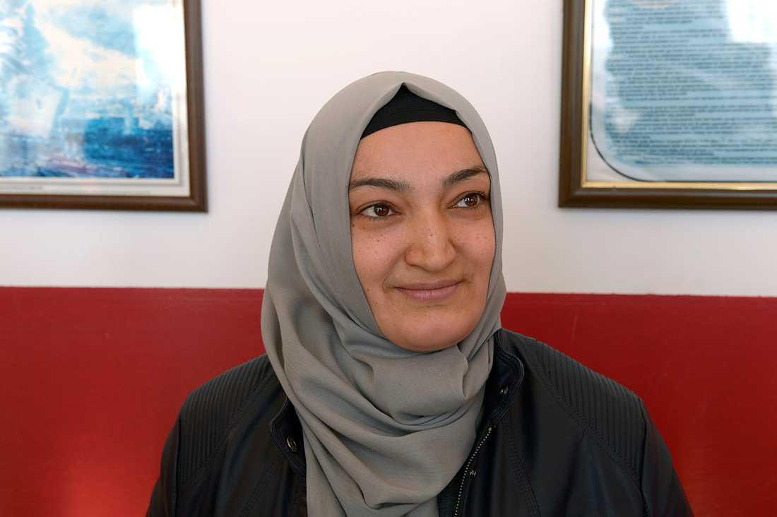 Emin Yeter, 36, säger att hon är tacksam för att Erdoğan gjort det möjligt att bära slöja.