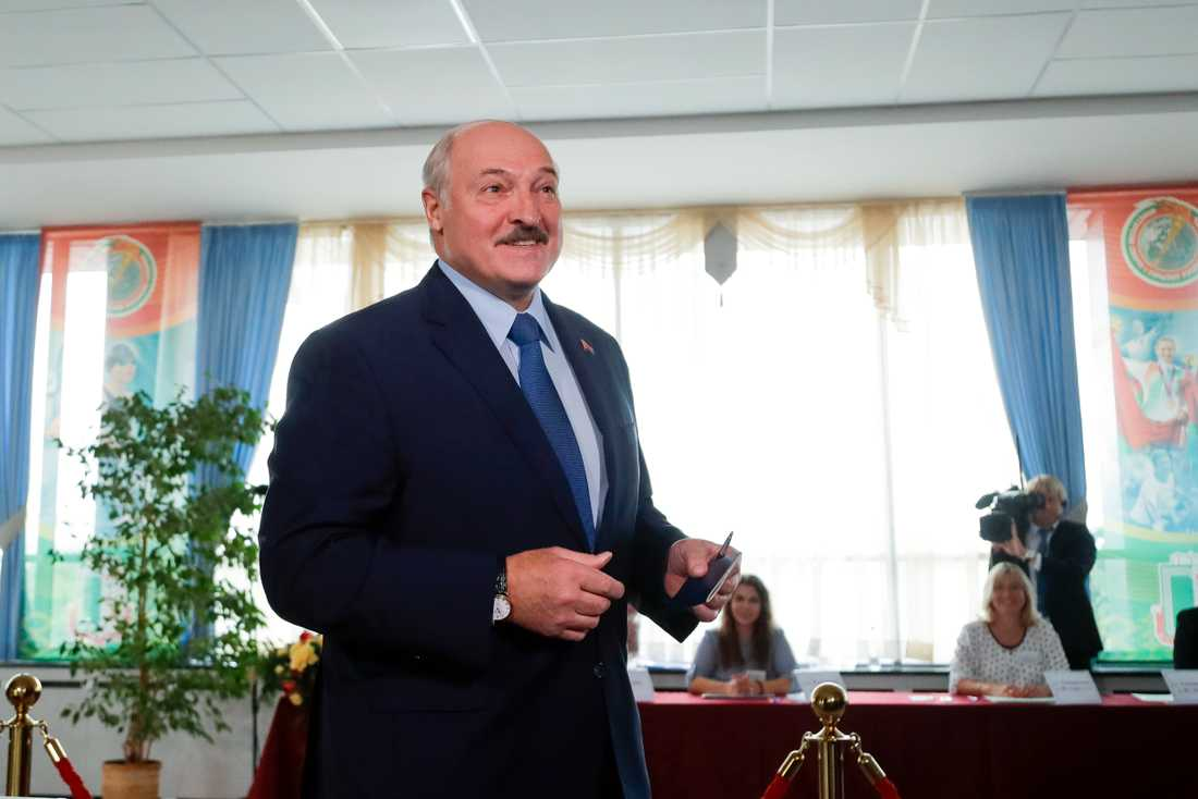Belarus ledare Aleksandr Lukasjenko i en vallokal under söndagen.
