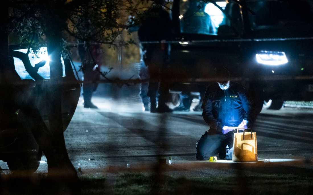 Polisens kriminaltekniker på plats på Tränsgatan i Helsingborg efter en skottlossning.