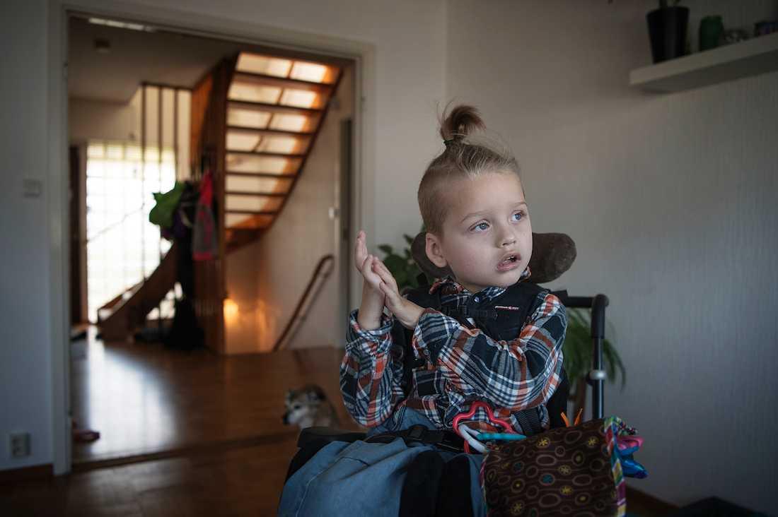 Cimon Andersson, 4, är ett av de barn som Aftonbladet berättat om som har en svår hjärnskada och som nu förlorat åtta assistanstimmar per dygn.