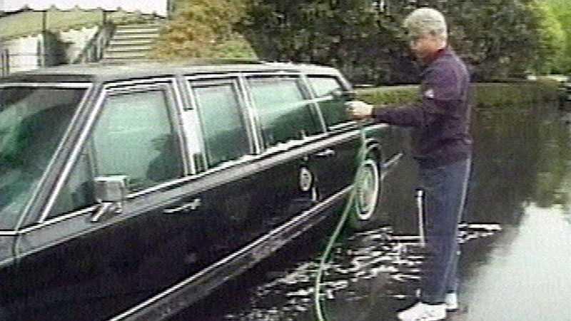 Till och med Bill Clinton fultvättar hemma på gården. Här på bilden från 2000 får hans limousine lite vård.