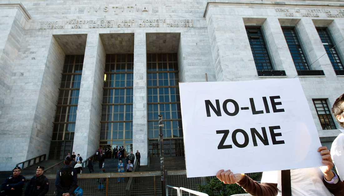 Protester utanför justitiepalatset i samband med rättegången mot Silvio Berlusconi.