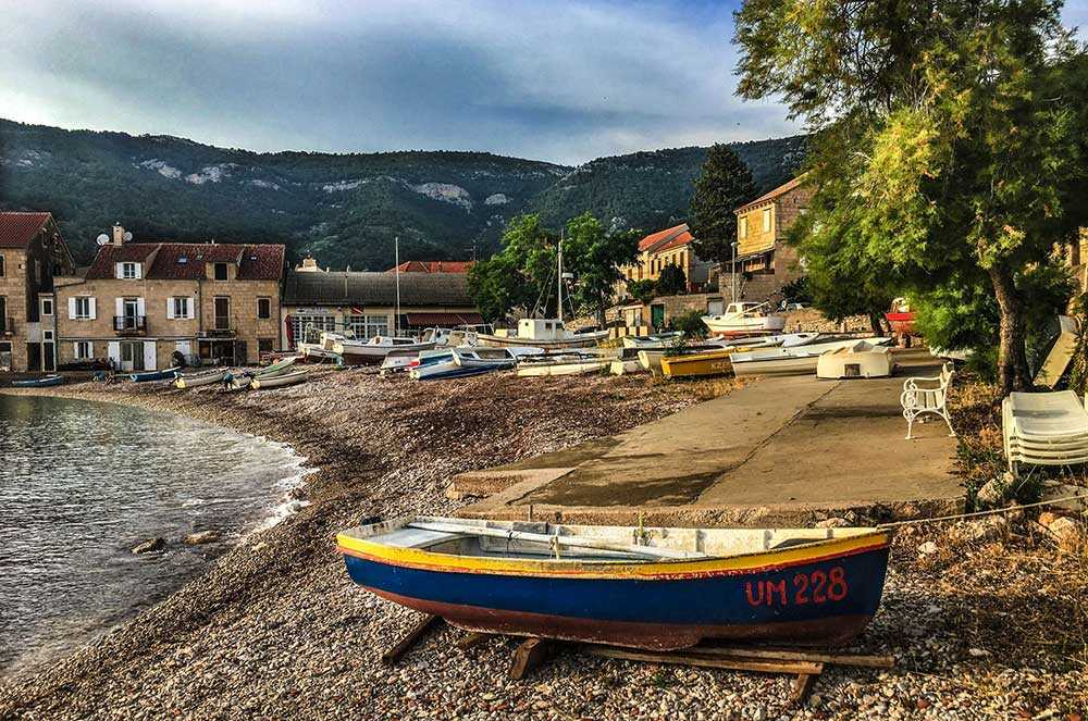 Det kroatiska registreringsnumret målades över då den här båten syntes i filmen, då skulle det föreställa en grekisk båt. Nu ligger den på en strand i Komiza.