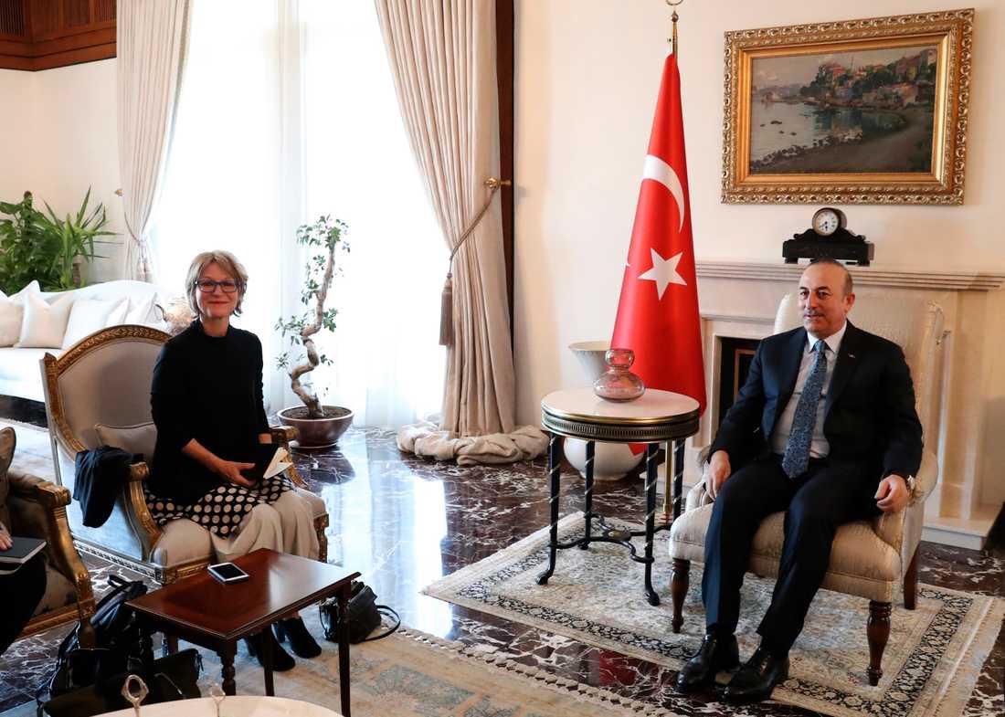 FN-utredaren Agnès Callamard (till vänster) i ett möte med Turkiets utrikesminister Mevlut Cavusoglu i Ankara tidigare i veckan.