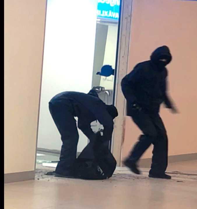 Här flyr rånarna från växlingskontoret i Upplands Väsby.