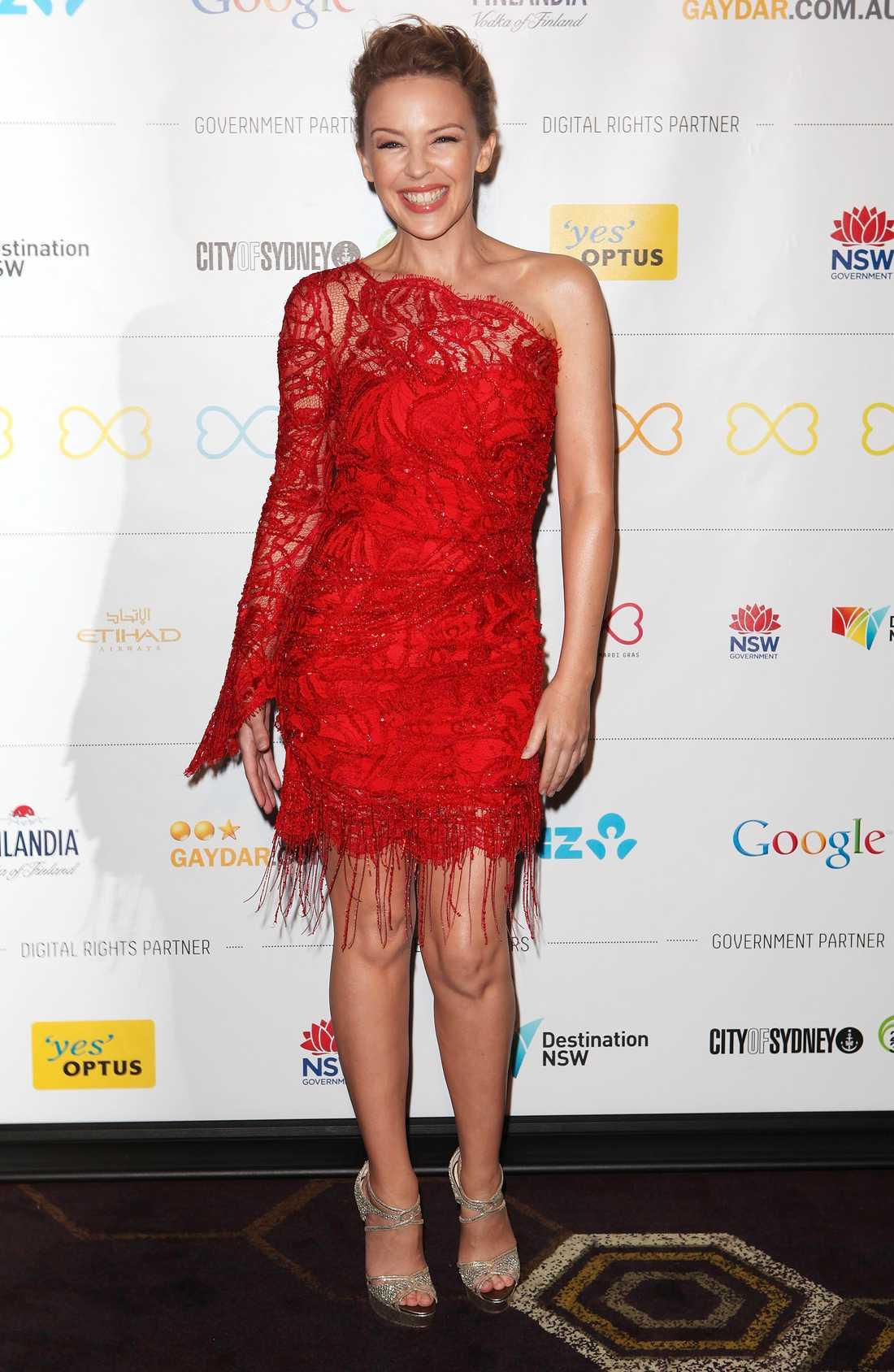 Kylie Minouge strålar i sin ursnygga röda klänning.