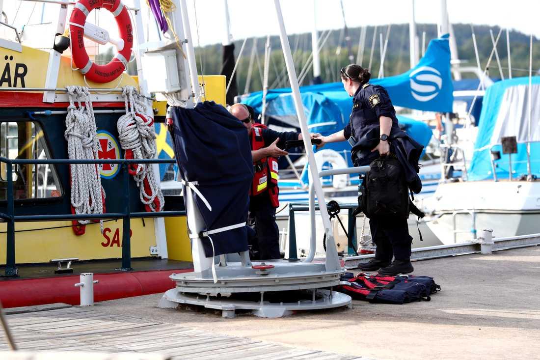 Polisens tekniker vid Aspa båtklubb.