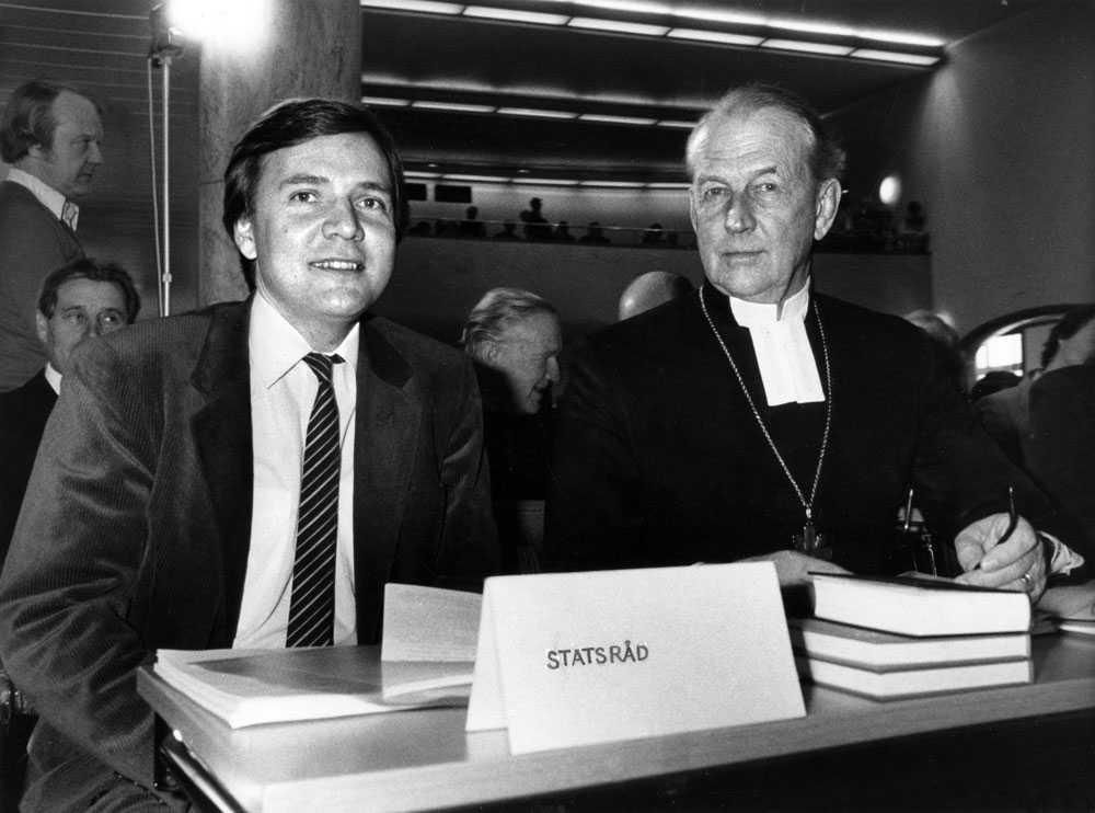 Civilminister Bo Holmberg, till vänster, tillsammans med ärkebiskop Olof Sundby, i Stockholm mars 1983. I Holmbergs befattning ingick att vara kyrkominister.