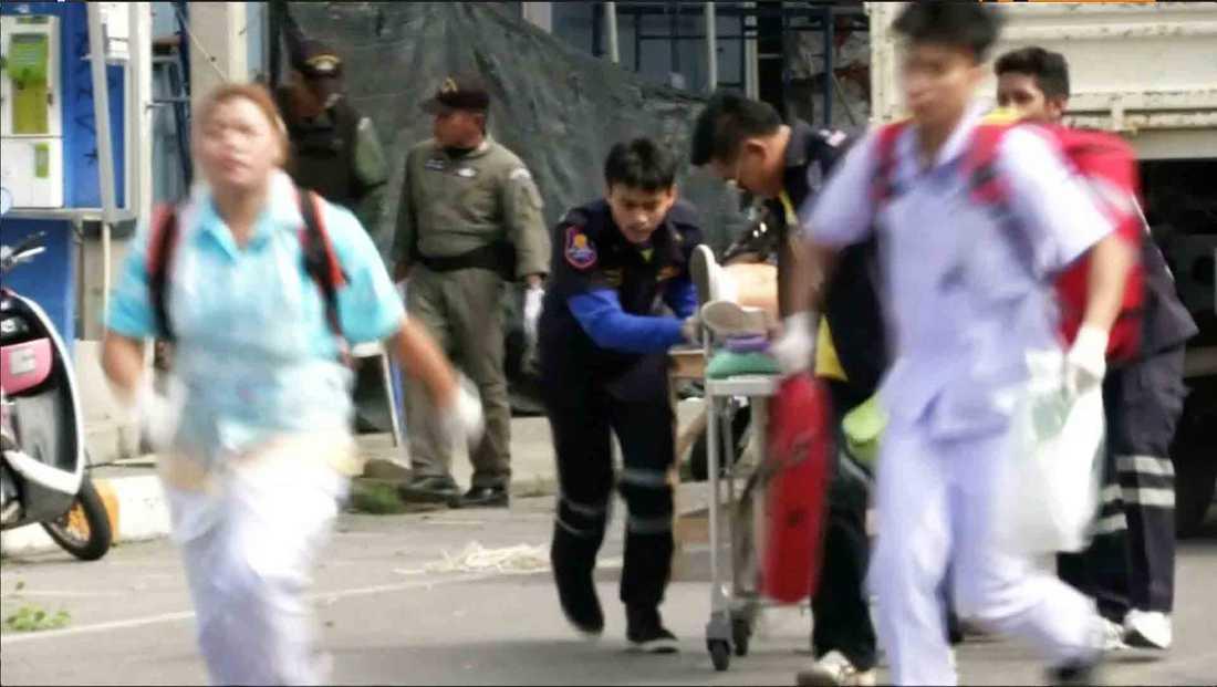 Sjukvårdspersonal arbetar på platsen efter en av bomberna i Hua Hin.