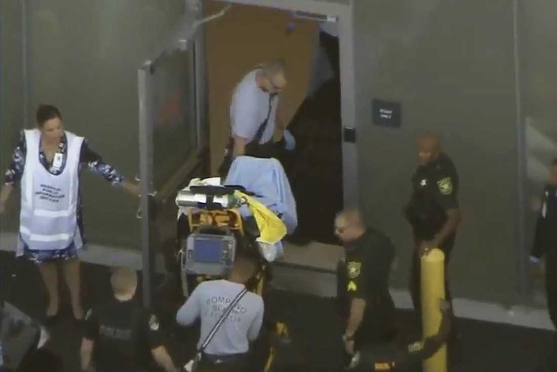 Den misstänkte skytten förs in på sjukhuset.