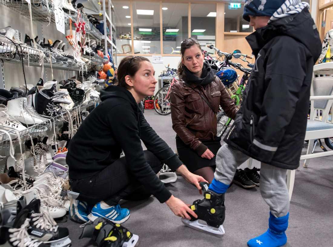 Fanny Sannerud hjälper Melinda Vaczlavik med sonen Benjamin som skall åka skridskor.