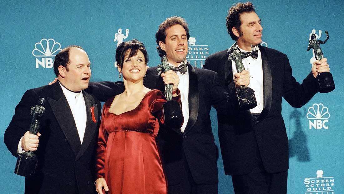 """Huvudkaraktärerna i """"Seinfeld"""", från vänster Jason Alexander (George), Julia Louis-Dreyfus (Elaine), Jerry Seinfeld och Michael Richards (Kramer)."""