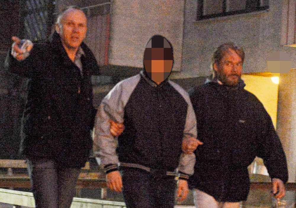 I slutet av februari slog polisen till mot en lägenhet söder om Stockholm i en gryningsräd och grep 19-åringen. Han sitter nu häktad och är den ende av de åtalade som är frihetsberövad.