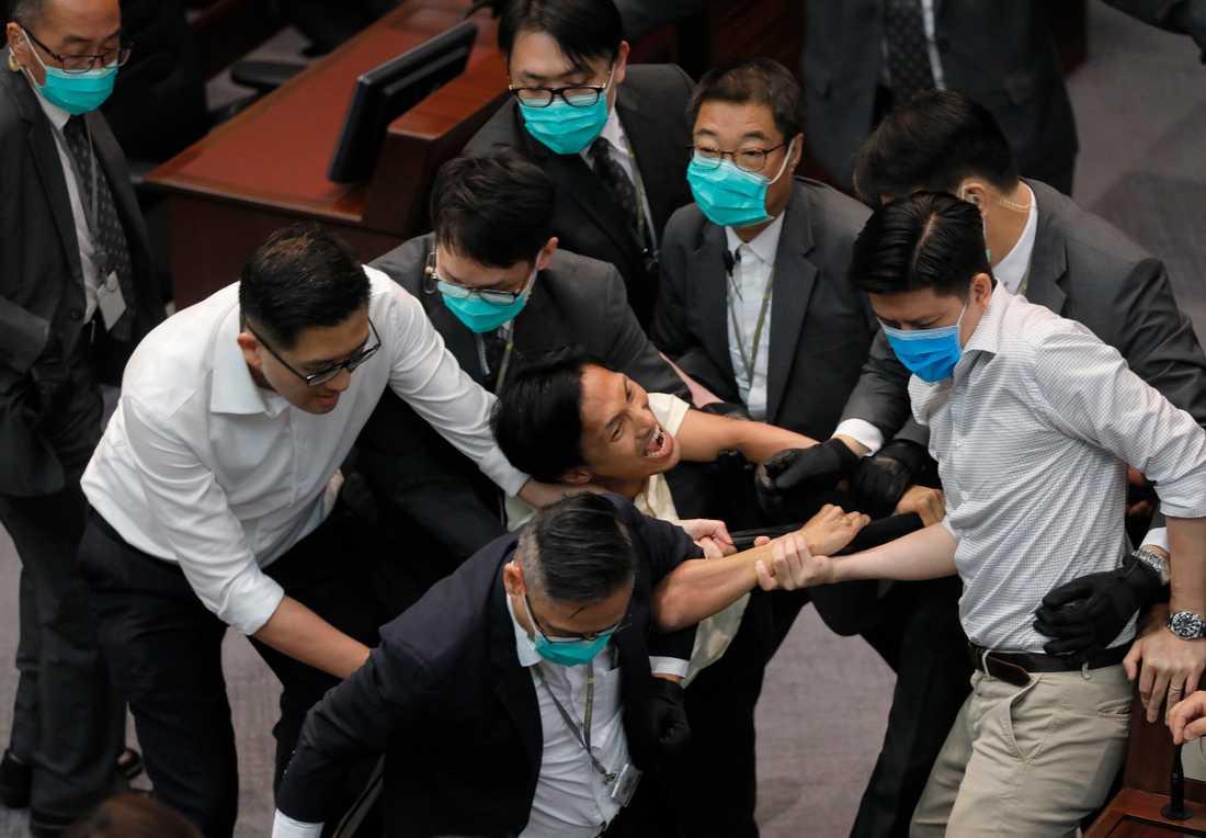 Den prodemokratiske ledamoten Chu Hoi Dick (i mitten) i handgemäng med säkerhetsvakter.