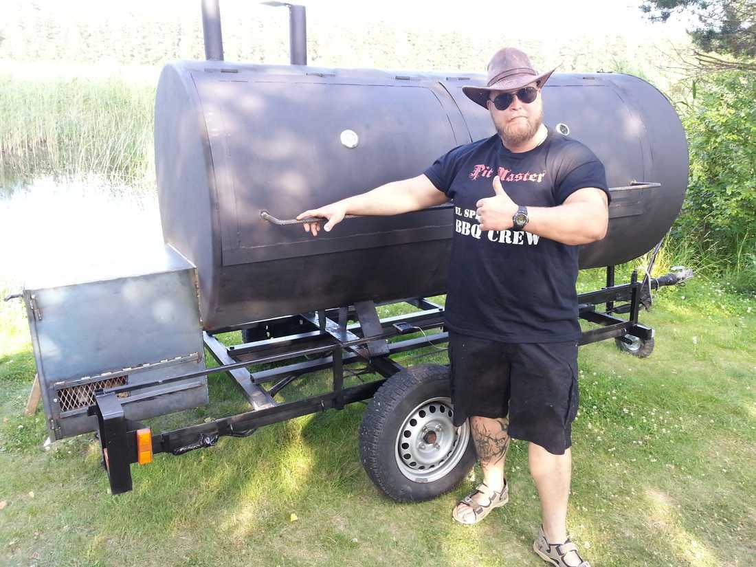 I sommar gick en pojkdröm i uppfyllelse. Byggde min egen bbq-trailer! Ett fantastiskt bygge med 2 kvm tillagningsyta. Mästargrillarna 2014 se upp!