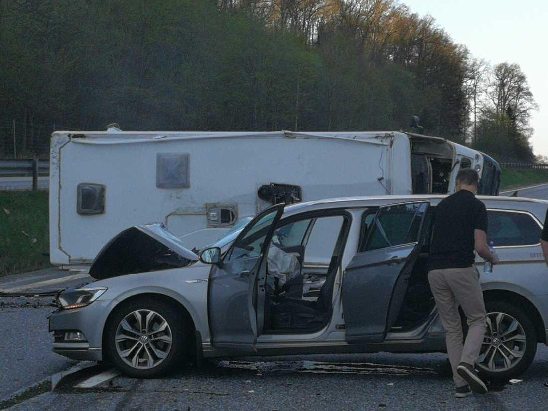 Husbilen hamnade på sidan och även personbilen blev illa tilltygad.