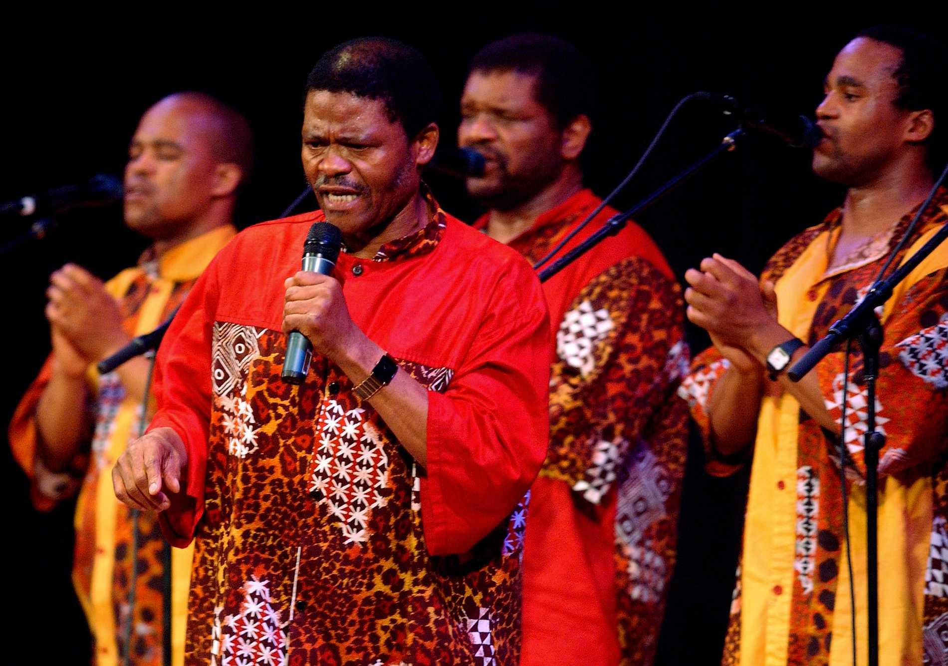 Ladysmith Black Mambazo, med Joseph Shabalala i rött i mitten, under ett uppträdande 2005. Arkivbild.
