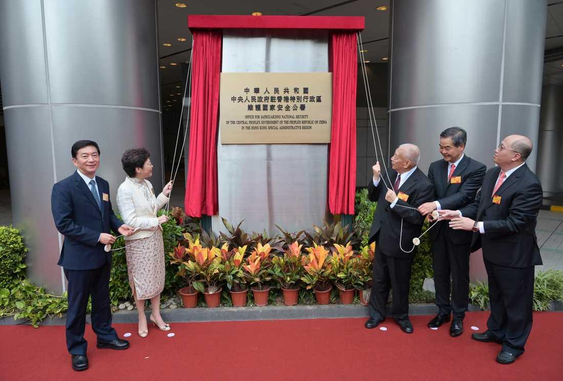 Regeringschefen Carrie Lam och Pekings representanter applåderar när Kinas nya agentkontor öppnar i det som nyligen var Metropark Hotel i Hongkong.