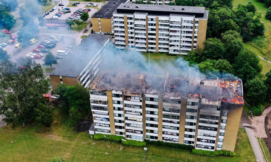 Enligt Räddningstjänsten Syd har branden startat på vinden i flerfamiljshuset i området Silvergården i Landskrona. Medan släckningsarbetet pågick spred sig branden dessutom till de två översta lägenheterna i åttavåningshuset.