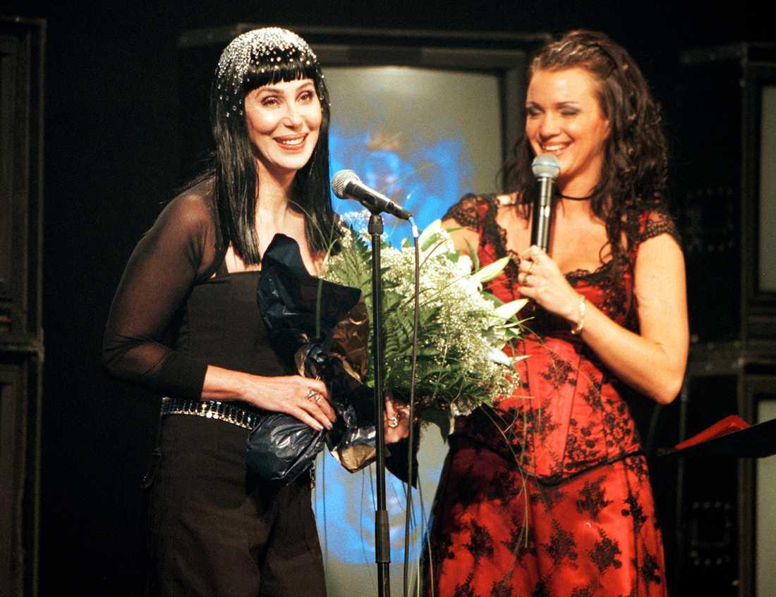Cher tar emot priset på Rockbjörnen-scenen.