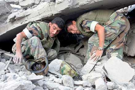 Libanesiska soldater söker efter överlevande.