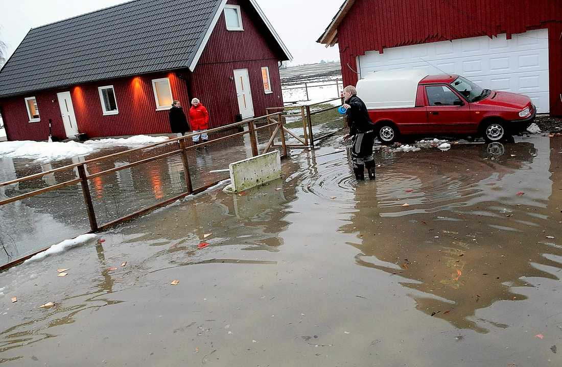 förödelse I skånska Åstorp grävs vallgravar för att rädda husen från översvämningarna.