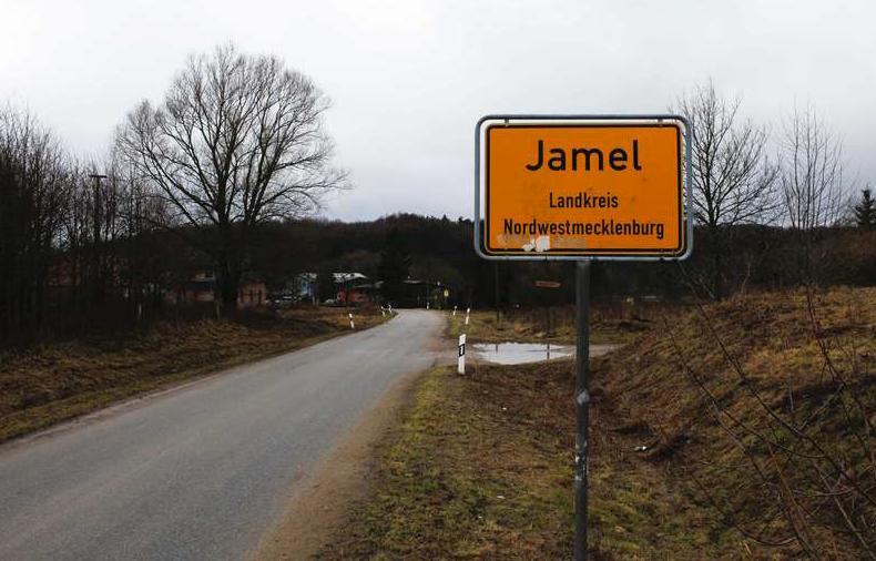 Vägen som leder till stadem Jamel, 260 kilometer, i regionen Mecklenburg-Vorpommern, i Tyskland.
