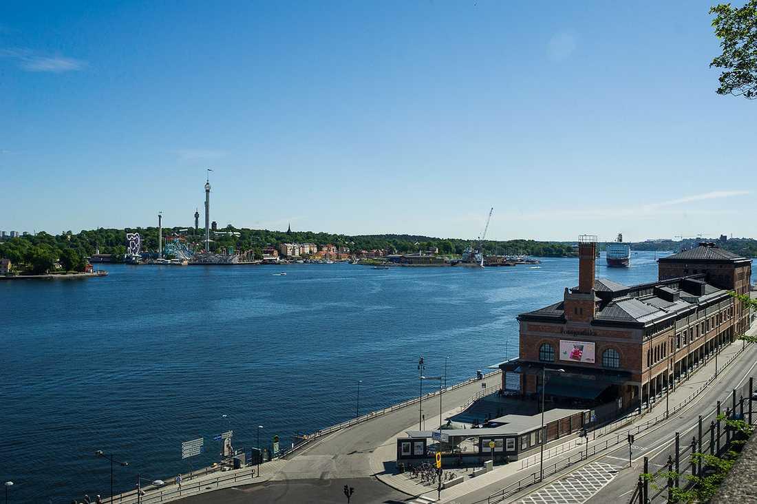 Fotografiska ligger på Stadsgårdskajen, ett stenkast från Slussen i Stockholm. På andra sidan vattnet Gröna Lund och Djurgården.