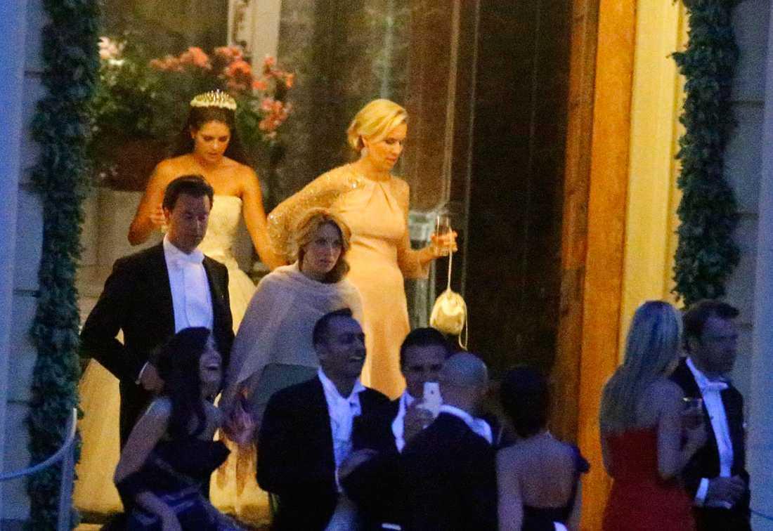Prinsessan Madeleine och Ellen Dinkelspiel rusar ut från festen.