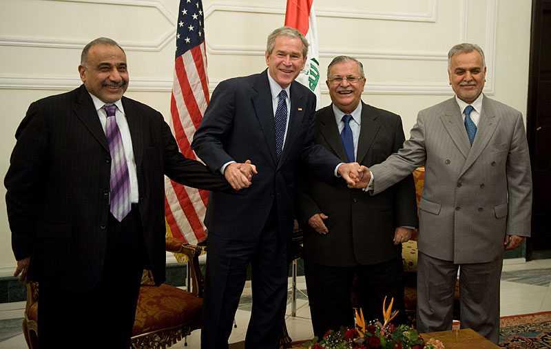 George tillsammans med president Jalal Talabani i mitten och vicepresidenterna Adil Abdul-Mahdi (till vänster) och Tariq al-Hashimi (till höger) vid mötet i Salampalatset i Bagdad.