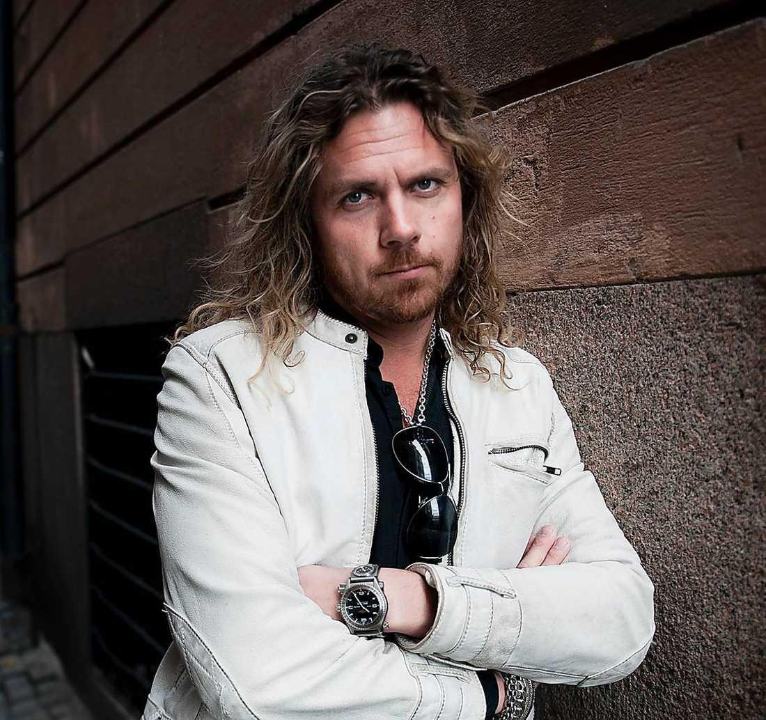"""Han halkade i trappan och bröt handen. Nu är Christian """"Kicken"""" Lundqvists turné hotad."""