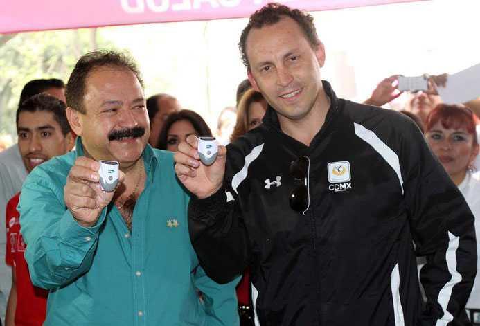 Chefen för hälsomyndigheten i Mexico City, doctor José Armando Ahued Ortega, visar upp en av 80000 stegräknare man delar till stadens invånare. T hö Horacio de la Vega Flores.