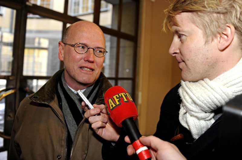 Tomas Östros anländer till riksdagen för det blixtinkallade mötet. Han intervjuas av Aftonbladets Mikael Stengård.