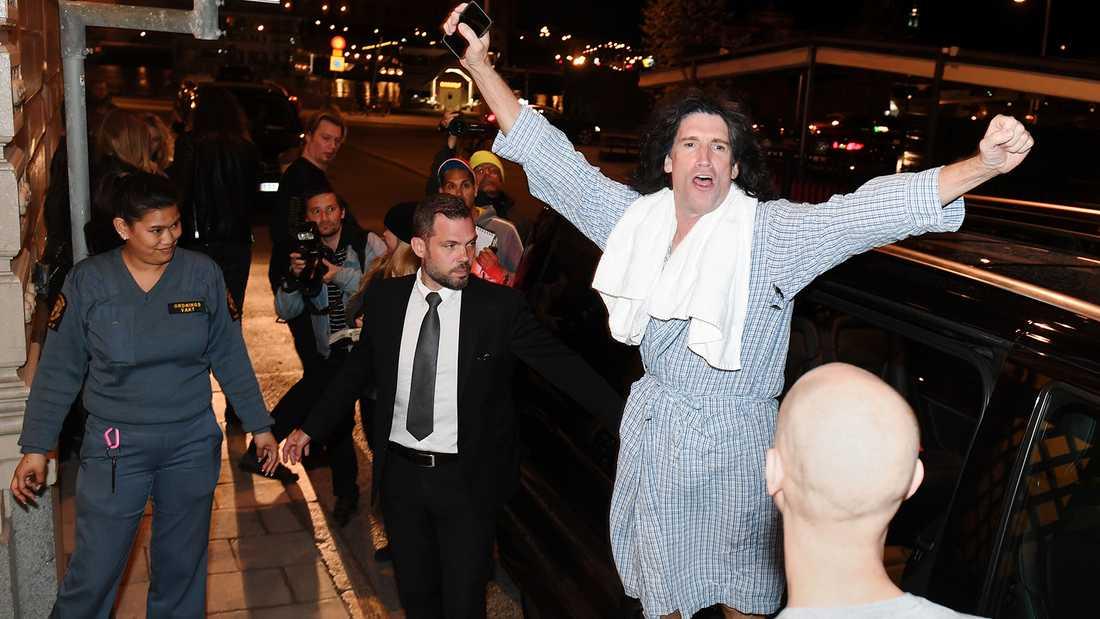 Tommy Thayer gör en segergest utanför hotellet i natt.