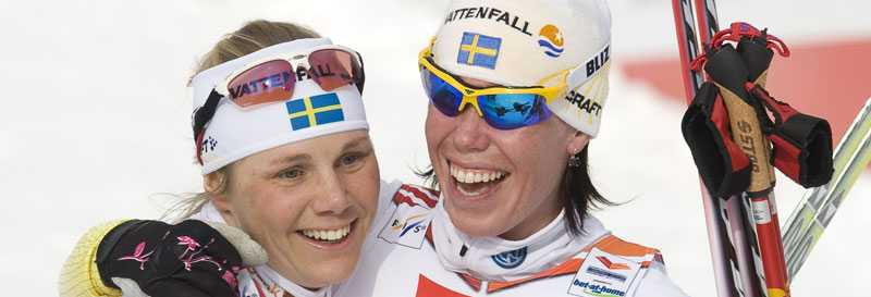 Silverhjältar Lina Andersson och Anna Olsson jublar efter sin silvermedalj.