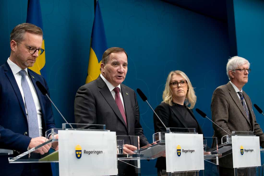Mikael Damberg, Stefan Löfven och Lena Hallengren under regeringens pressträff på fredagen.