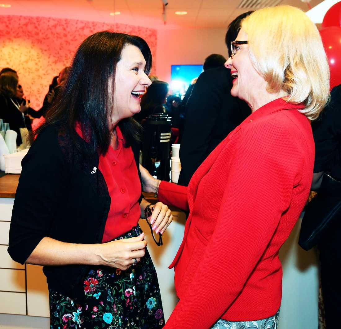 Utrikeshandelsminister Ann Linde i samspråk med S huvudkandidat Heléne Fritzon.