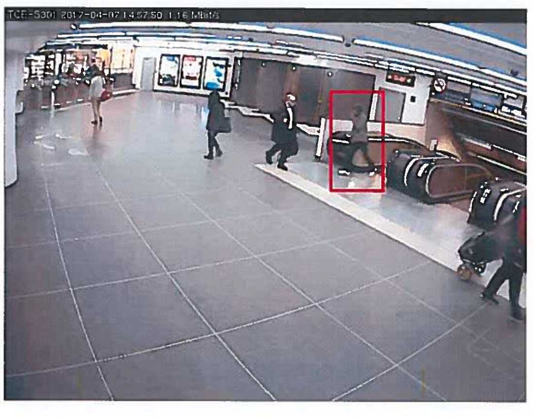 Övervakningsbild från när Akilov kommer upp från blå linjen.