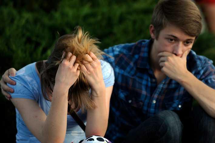Aurorabon Nathan Mendonca, 18, till höger, tröstar sin flickvän Melissa Clark, 18.