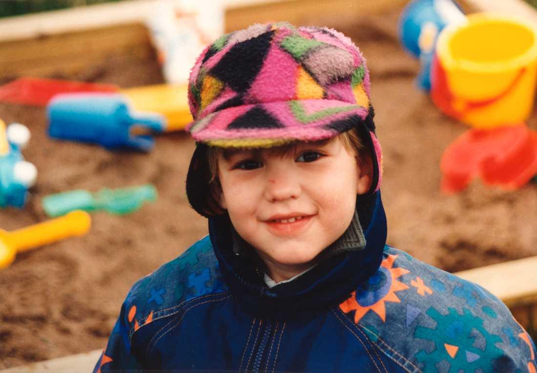 Hugo älskade grävskopor, solrosor och kantareller. Här är han i sandlådan, 4,5 år gammal.