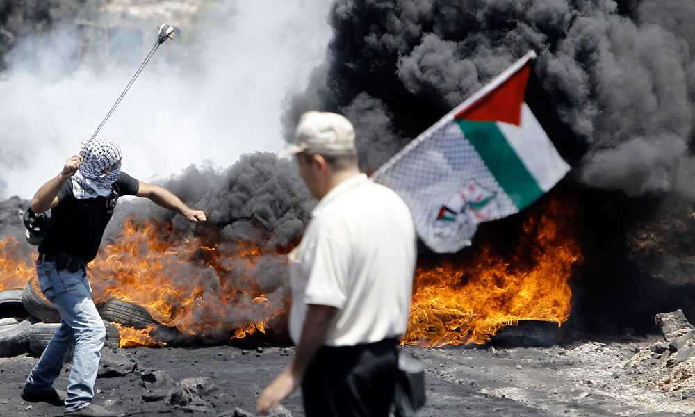 Över 60 Gazabor och minst sju israeliska soldater mister livet under fredagen. Efter att eldupphöret avbrutits blir det också oroligt på Västbanken där propalestinska demonstranter drabbar samman med israelisk militär. Minst en person dör.