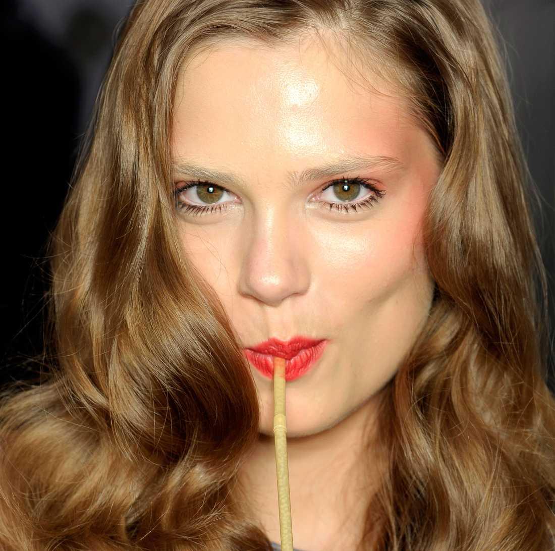 Fokus på målade läppar Korallfärgade läppar är en höjdare så fort du fått lite färg på kinderna. Gör som Anna Suis modeller och låt resten av makeupen vara enkel och naturlig.
