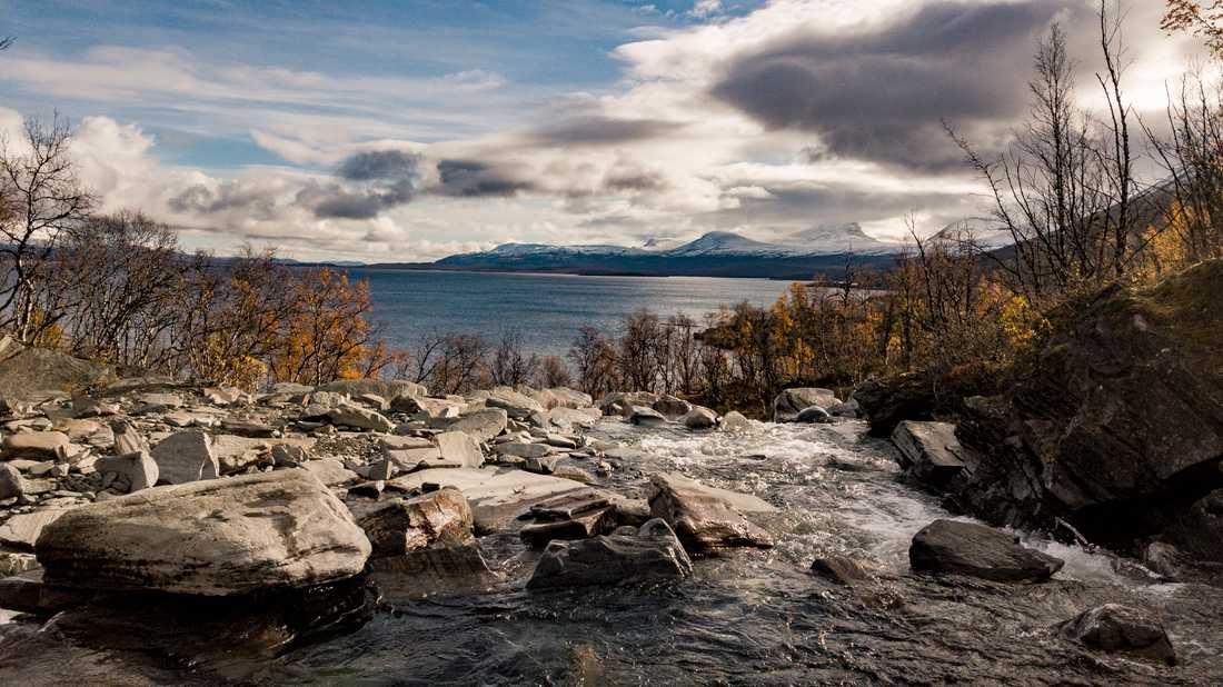 """""""Den allt snabbare snösmältningen gör att fler partiklar kommer ut i vattendragen, så vi måste rena dricksvattnet mer,"""" berättar Mats Nilsson, chef för hållbarhet och affärsutveckling på Tekniska verken i Kiruna."""