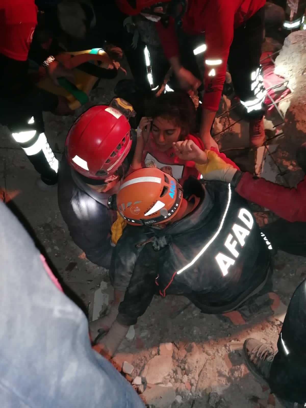 14-åriga İdil Şirin lyfts upp av räddningsteamet.