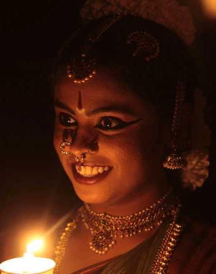 En flicka i Bombay tände ljus.