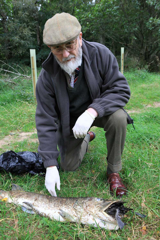 Ian Atkinson, 79, med sitt annorlunda fiskfynd.