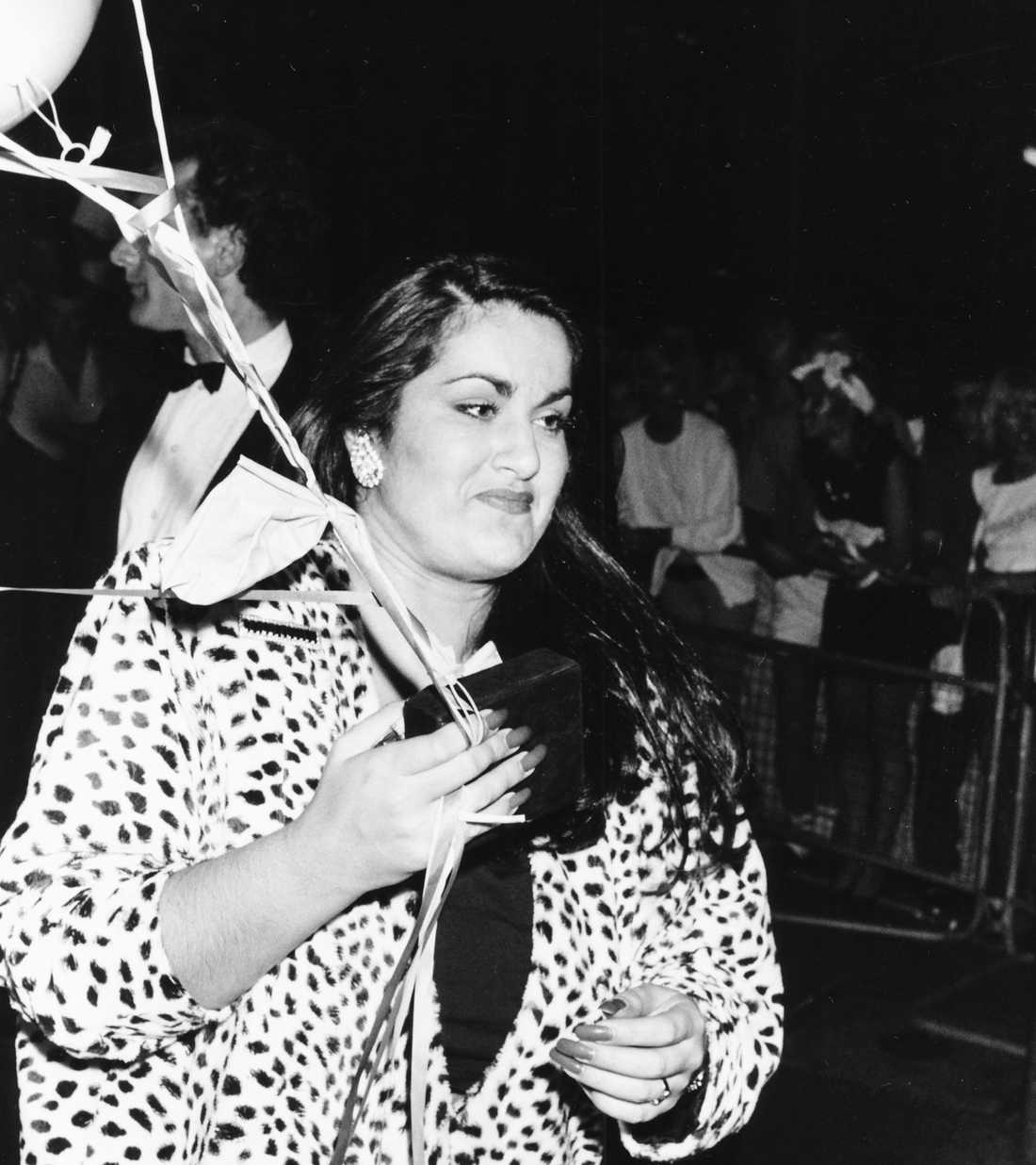 George Michaels syster Melanie Panayiotou anländer med ballonger till Whams avskedsfest i London 1986.