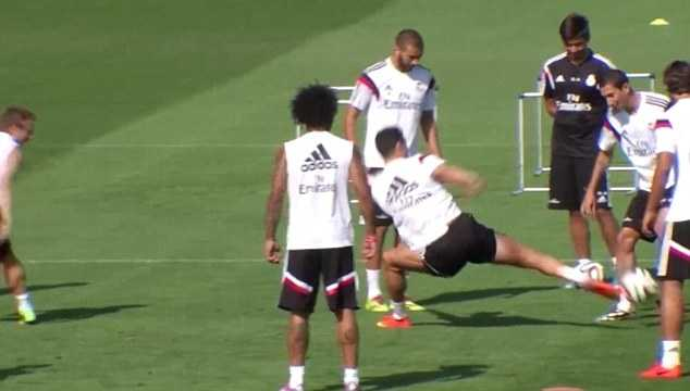 Ronaldo satsar för att vinna boll från di Maria.