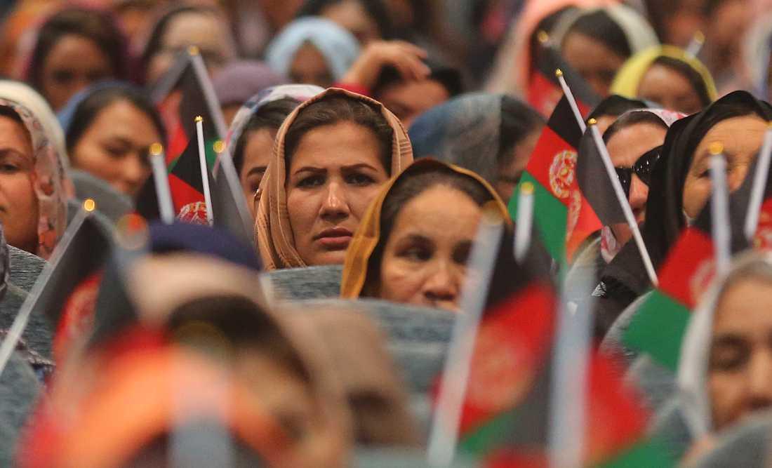 Afghanska kvinnor under ett kampanjmöte till stöd för landets sittande president Ashraf Ghani som hoppas bli omvald i slutet av september. Talibanstyret 1996-2001 var mycket svårt för landets kvinnor.