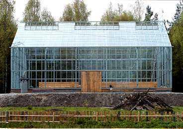 Färdigt om två år Det är inte bara huset som ska få plats i växthuset. Familjen Axelsson planerar att odla exotiska frukter kring bostaden.